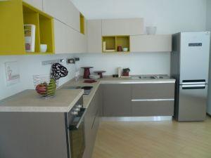 cucina con frigo da libera installazione